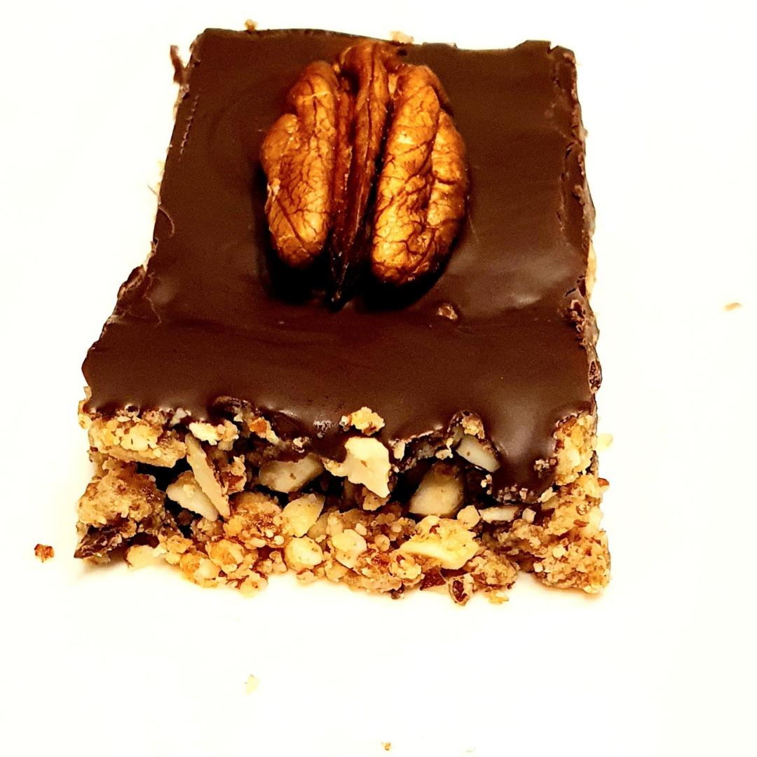 Encas à base de chocolat, dattes, et noix